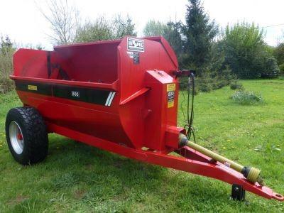 Fertilizer spreaders. Side delivery fertilizer beater-spreader