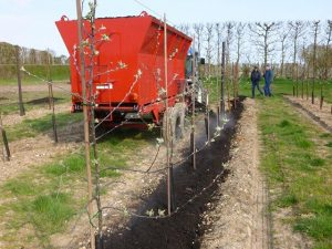 side delivery fertilizer spreader for orchards